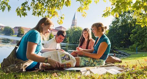 Internationale Studierende lernen in der Innenstadt von Kiel