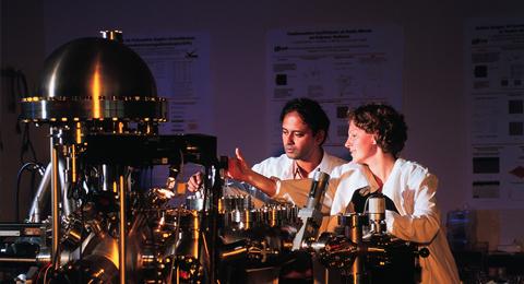 The picture shows a labratory experiment; Photo: Eric Lichtenscheidt / Uni Kiel