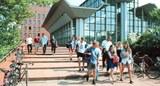 Studierende-vor-dem-Sportzentrum-der-CAU