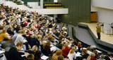 Vorlesung-Staatsrecht-I-im-großen-Hörsaal-des-Audimax-2