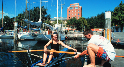 The picture shows two students preparing to row; Photo: Horst Brix / Uni Kiel